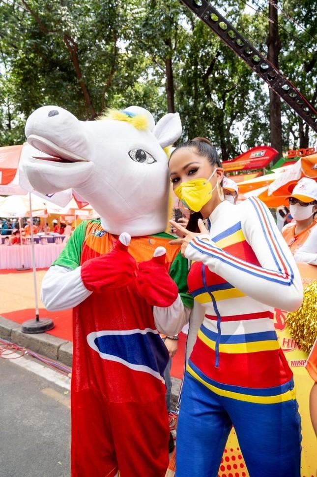 Hoa hậu H'Hen Niê đeo khẩu trang, diện jumpsuit khoe đường cong hoàn hảo cổ vũ thể thao ảnh 5