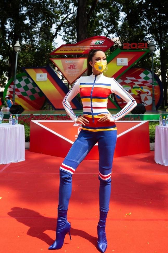 Hoa hậu H'Hen Niê đeo khẩu trang, diện jumpsuit khoe đường cong hoàn hảo cổ vũ thể thao ảnh 3