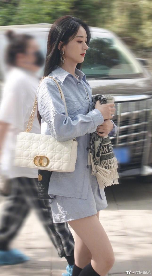 Xuất hiện trở lại sau ly hôn, Triệu Lệ Dĩnh khoe nhan sắc xinh đẹp bất chấp cam thường ảnh 1
