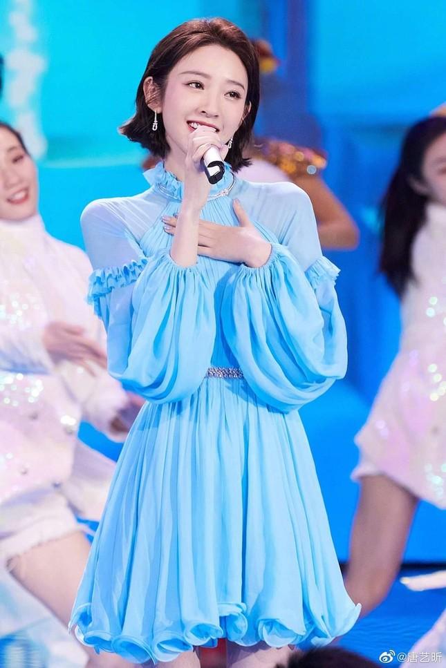 Đêm Hội Ngũ Tứ: Dương Tử xinh yêu như công chúa, Địch Lệ Nhiệt Ba bị chê quá nhạt nhòa ảnh 7