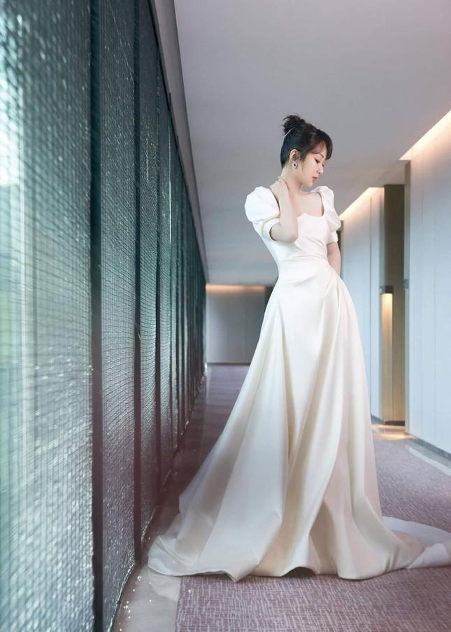 Đêm Hội Ngũ Tứ: Dương Tử xinh yêu như công chúa, Địch Lệ Nhiệt Ba bị chê quá nhạt nhòa ảnh 9