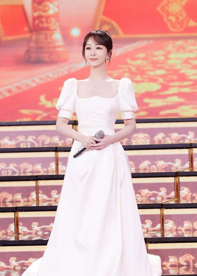 Đêm Hội Ngũ Tứ: Dương Tử xinh yêu như công chúa, Địch Lệ Nhiệt Ba bị chê quá nhạt nhòa ảnh 8