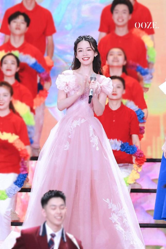 Đêm Hội Ngũ Tứ: Dương Tử xinh yêu như công chúa, Địch Lệ Nhiệt Ba bị chê quá nhạt nhòa ảnh 4
