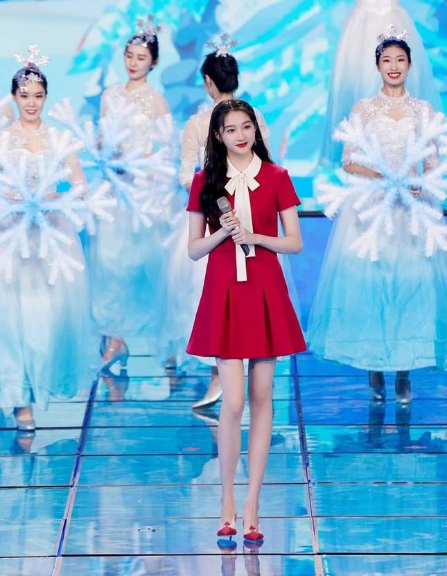 Đêm Hội Ngũ Tứ: Dương Tử xinh yêu như công chúa, Địch Lệ Nhiệt Ba bị chê quá nhạt nhòa ảnh 1