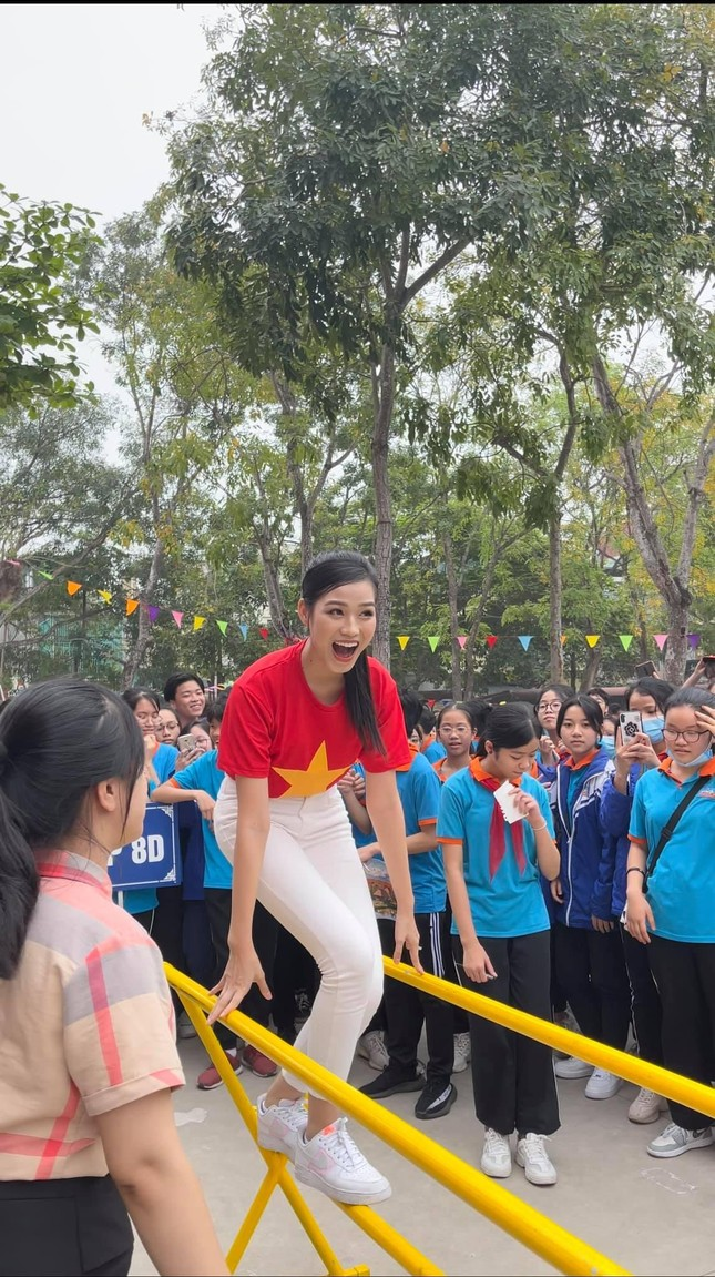 """Teen chụp Hoa hậu Đỗ Thị Hà về trường giao lưu, ai nấy đều trầm trồ: """"Đẹp không góc chết!"""" ảnh 7"""