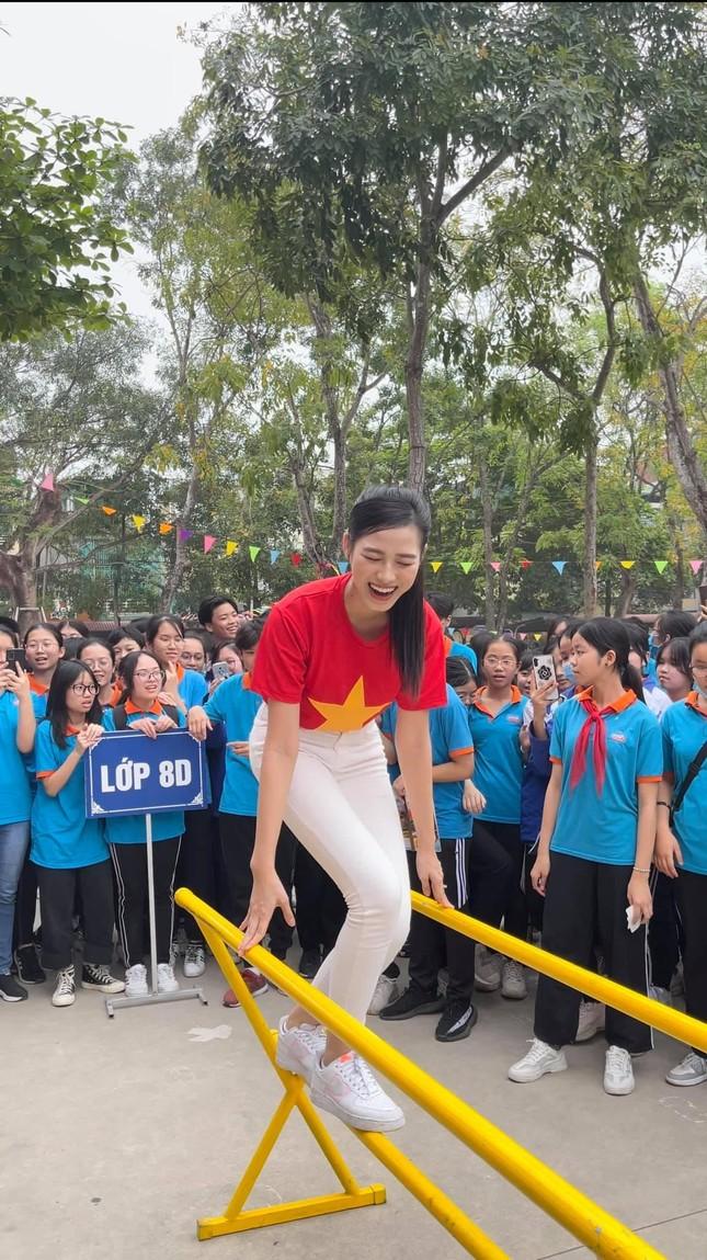 """Teen chụp Hoa hậu Đỗ Thị Hà về trường giao lưu, ai nấy đều trầm trồ: """"Đẹp không góc chết!"""" ảnh 6"""