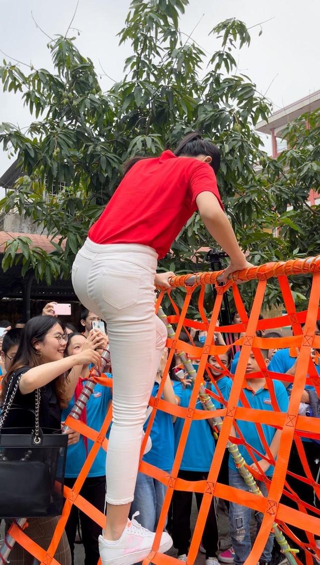 """Teen chụp Hoa hậu Đỗ Thị Hà về trường giao lưu, ai nấy đều trầm trồ: """"Đẹp không góc chết!"""" ảnh 5"""