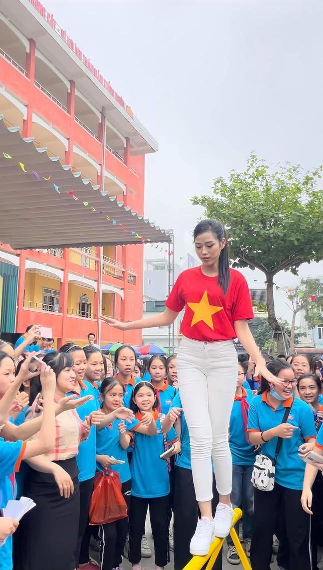 """Teen chụp Hoa hậu Đỗ Thị Hà về trường giao lưu, ai nấy đều trầm trồ: """"Đẹp không góc chết!"""" ảnh 4"""
