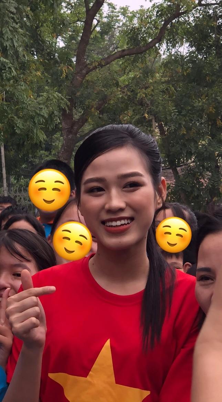 """Teen chụp Hoa hậu Đỗ Thị Hà về trường giao lưu, ai nấy đều trầm trồ: """"Đẹp không góc chết!"""" ảnh 3"""