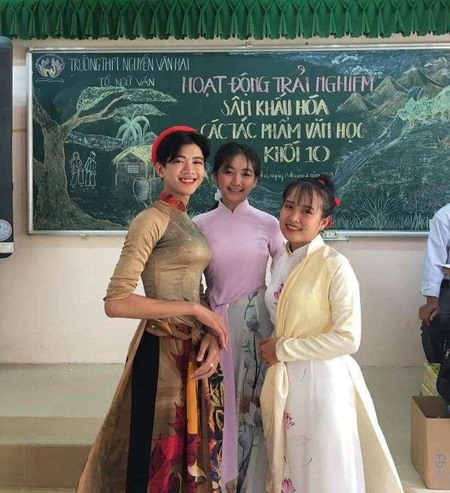 """Nam sinh Trà Vinh gây sốt với """"vòng eo Ngọc Trinh"""" khi mặc áo dài đóng dì ghẻ kịch Tấm Cám ảnh 3"""