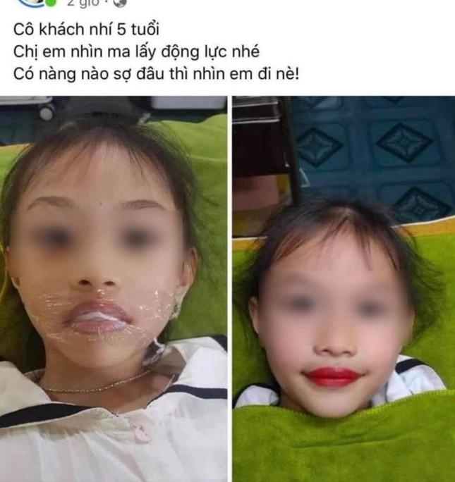 """Tranh cãi vụ bé gái 5 tuổi xăm môi, phụ huynh khẳng định: """"Từ giờ không phải đánh son""""? ảnh 1"""