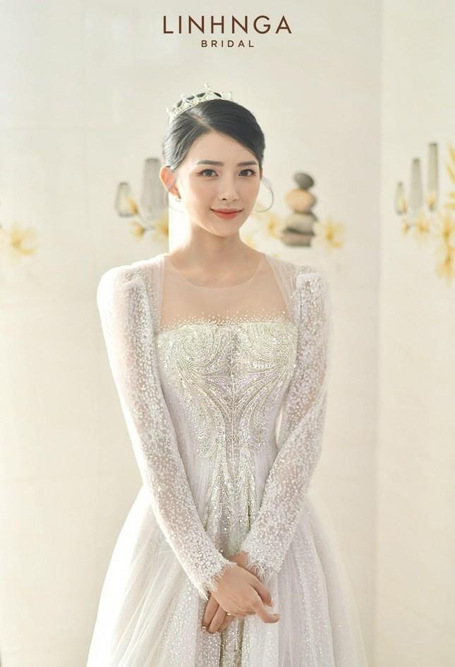 Cận cảnh bộ váy cưới đính 10.000 viên pha lê ánh bạc của vợ nhạc sĩ Phan Mạnh Quỳnh ảnh 2