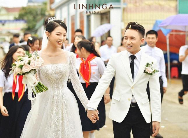 Cận cảnh bộ váy cưới đính 10.000 viên pha lê ánh bạc của vợ nhạc sĩ Phan Mạnh Quỳnh ảnh 1