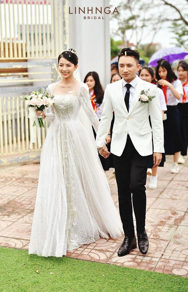 Cận cảnh bộ váy cưới đính 10.000 viên pha lê ánh bạc của vợ nhạc sĩ Phan Mạnh Quỳnh ảnh 3