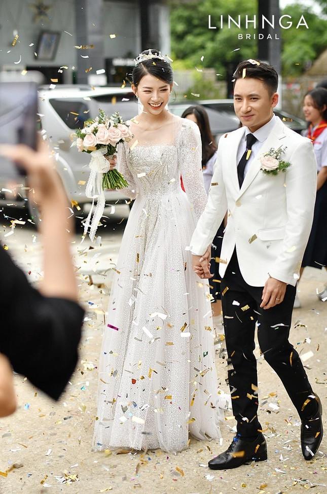 Cận cảnh bộ váy cưới đính 10.000 viên pha lê ánh bạc của vợ nhạc sĩ Phan Mạnh Quỳnh ảnh 4