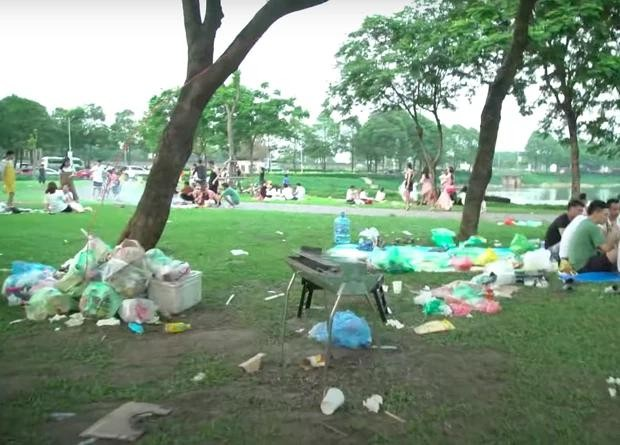 Hà Nội: Ngán ngẩm cảnh công viên Yên Sở ngập trong rác thải sau ngày nghỉ lễ ảnh 3