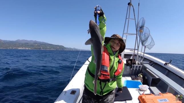 YouTuber Quỳnh Trần JP gây tranh cãi gay gắt khi đăng video đi câu cá mập con để ăn ảnh 3