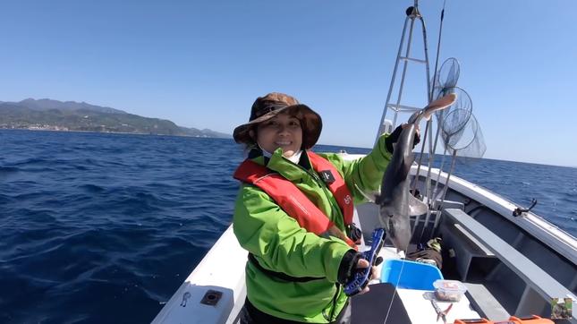 YouTuber Quỳnh Trần JP gây tranh cãi gay gắt khi đăng video đi câu cá mập con để ăn ảnh 2