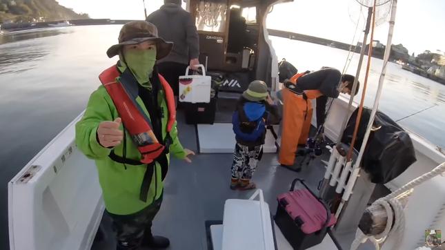 YouTuber Quỳnh Trần JP gây tranh cãi gay gắt khi đăng video đi câu cá mập con để ăn ảnh 1