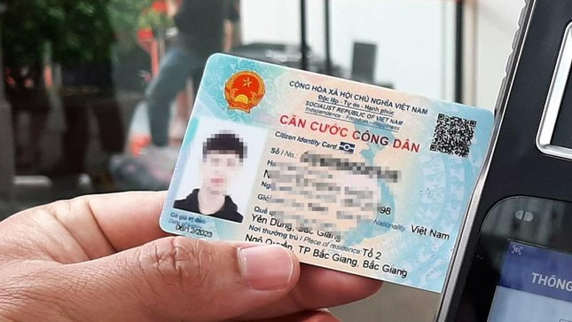 Những đối tượng nào bắt buộc đổi từ Căn cước công dân loại mã vạch sang thẻ có gắn chip? ảnh 1