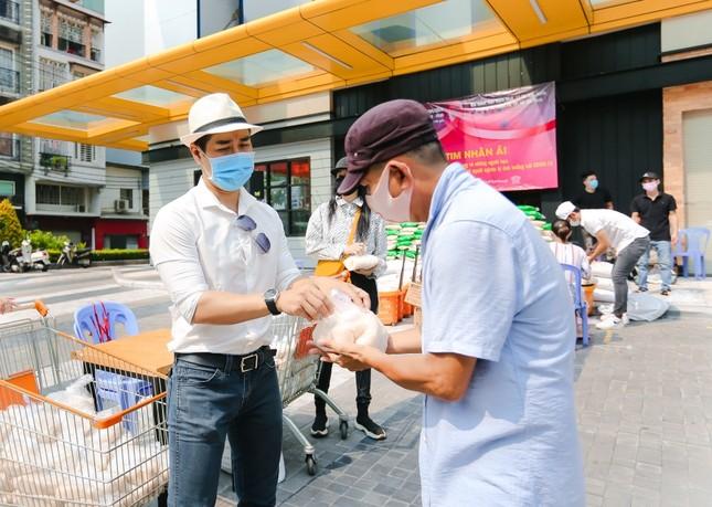 """Sao Việt 24H: MC Nguyên Khang nói về quan điểm tặng gạo, """"Người Ấy Là Ai"""" trở lại mùa 3 ảnh 1"""