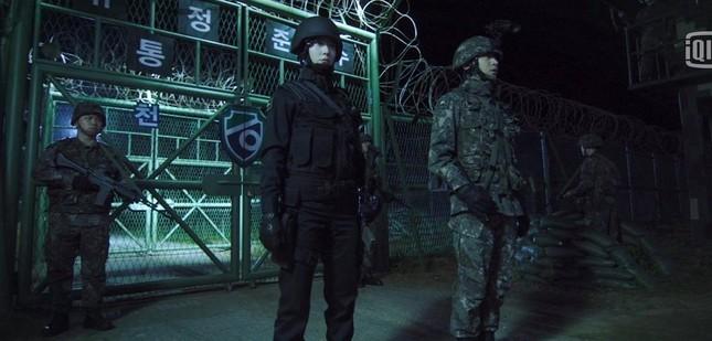 """""""Search"""" lên sóng: Krystal siêu ngầu trong khi Jang Dong Yoon khoe body không thể rời mắt ảnh 1"""