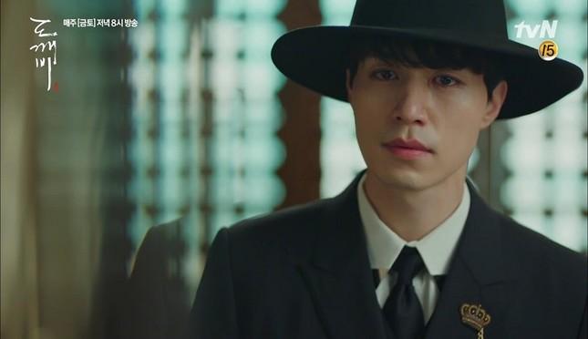 """Những """"bảo bối"""" ăn tiền, giúp fan nhớ ngay những vai diễn của Lee Dong Wook ảnh 1"""