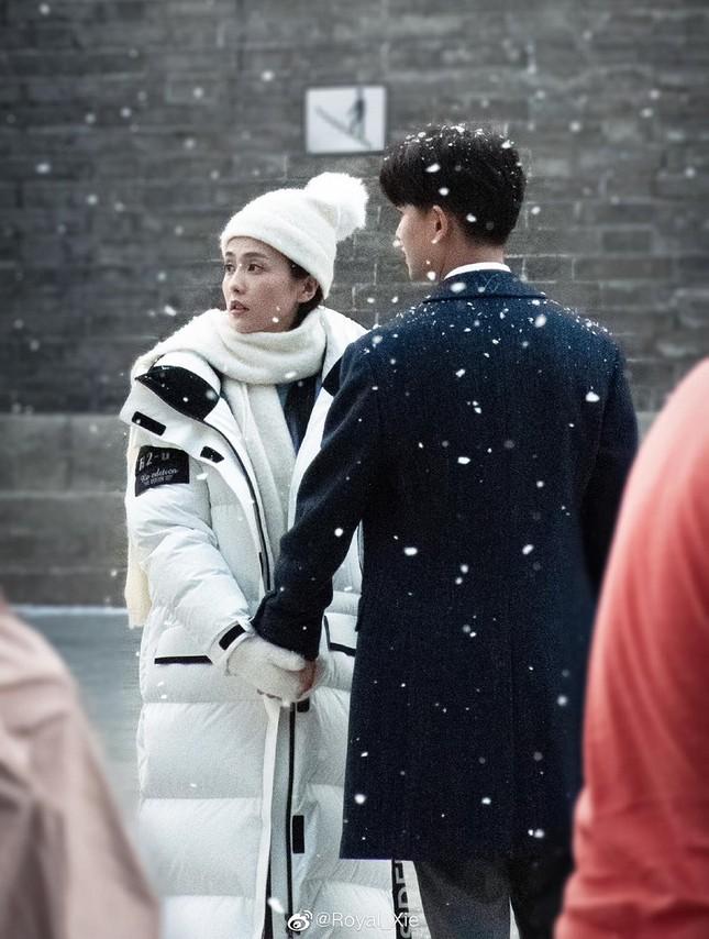 Phim của Nhậm Gia Luân, Bạch Lộc tung poster nam nữ chính lãng mạn giữa tuyết trắng ảnh 5