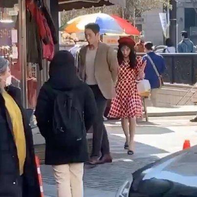Jisoo (BLACKPINK) lộ ảnh hậu trường với trang phục thập niên 80 nhí nhảnh bên cạnh Jung Hae In ảnh 3