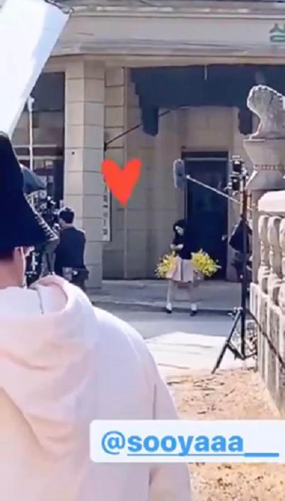 Jisoo (BLACKPINK) lộ ảnh hậu trường với trang phục thập niên 80 nhí nhảnh bên cạnh Jung Hae In ảnh 4