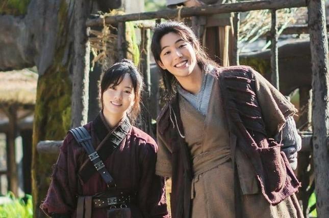 """""""Sông Đón Trăng Lên"""": Ji Soo ngừng ghi hình vì bê bối, Kim So Hyun sẽ sánh đôi tình mới? ảnh 1"""