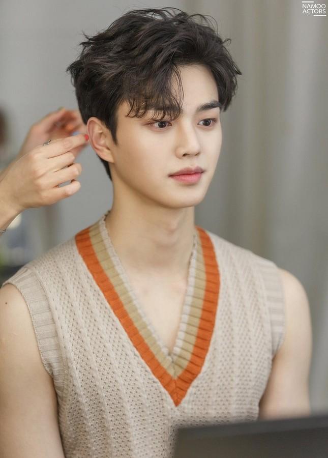 """Mỹ nam Song Kang """"chốt đơn"""" làm trai hư sánh đôi cùng Han So Hee trong """"I Know But"""" ảnh 1"""