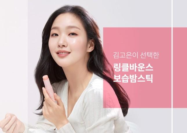 Thỏi mỹ phẩm Kim Go Eun dùng trong Quân Vương Bất Diệt là gì mà thoa cả môi lẫn mặt? ảnh 4