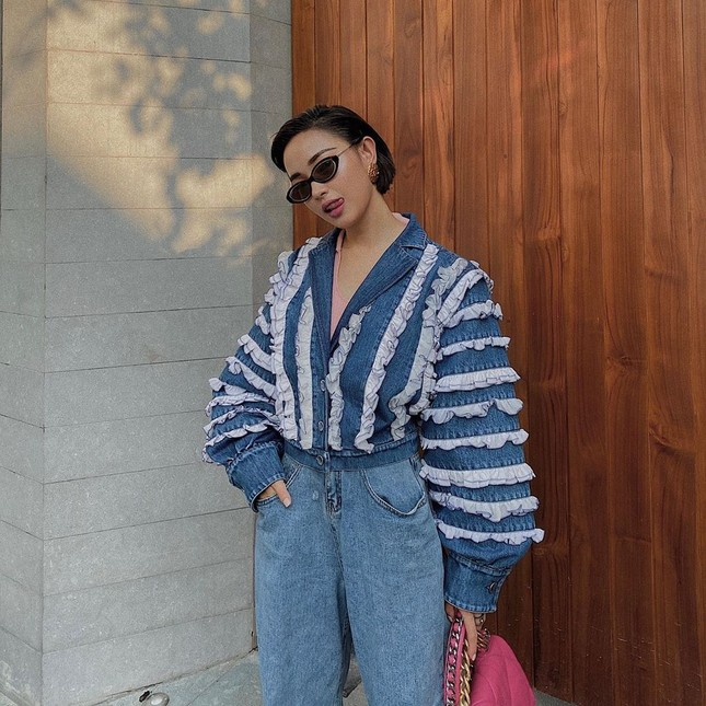 Chọn crop-top khoe eo thon như Ngọc Trinh hay váy jeans năng động giống Hoàng Thùy? ảnh 9