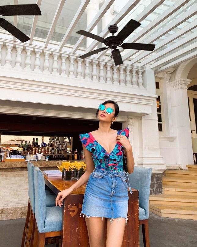 Chọn crop-top khoe eo thon như Ngọc Trinh hay váy jeans năng động giống Hoàng Thùy? ảnh 7