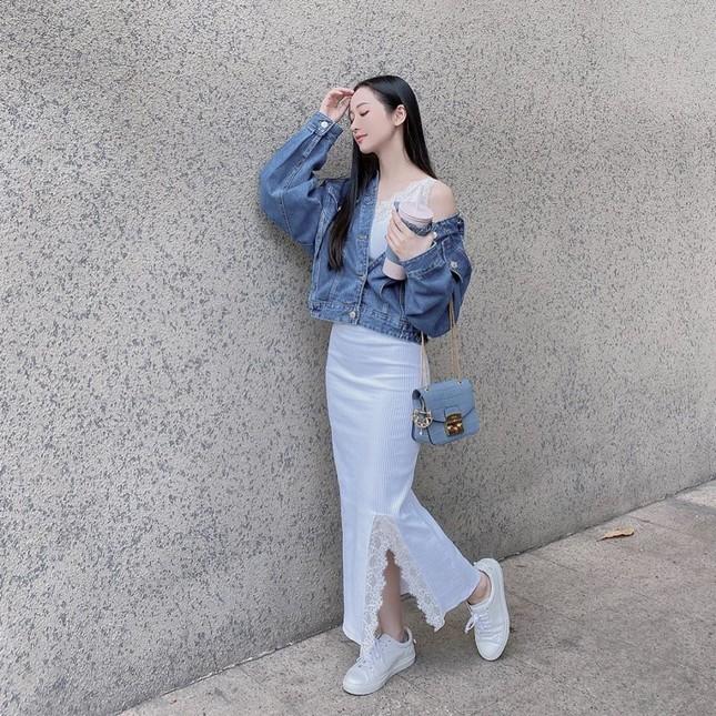 Chọn crop-top khoe eo thon như Ngọc Trinh hay váy jeans năng động giống Hoàng Thùy? ảnh 8