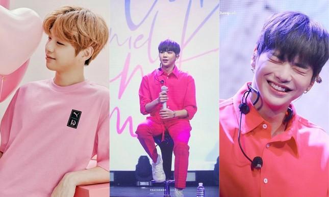 Những idol này chứng minh các chàng trai vẫn có thể mặc đẹp với trang phục màu hồng ảnh 7