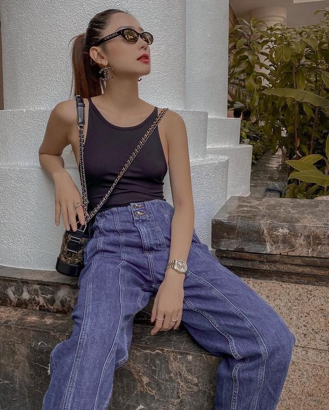 Chọn crop-top khoe eo thon như Ngọc Trinh hay váy jeans năng động giống Hoàng Thùy? ảnh 10