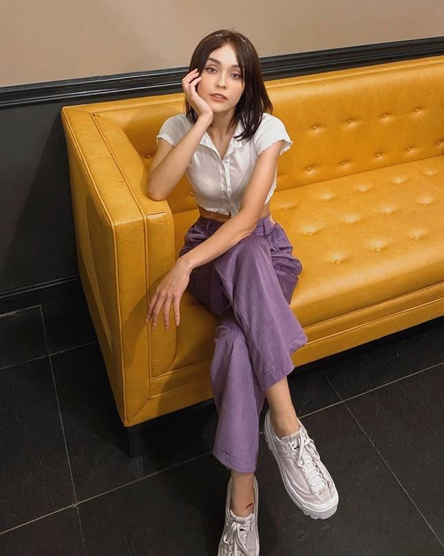 Chọn crop-top khoe eo thon như Ngọc Trinh hay váy jeans năng động giống Hoàng Thùy? ảnh 6