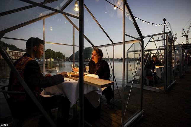 Hẹn hò thời COVID-19: Đến nhà hàng và ăn tối trong lồng kính mini lãng mạn như cổ tích ảnh 1