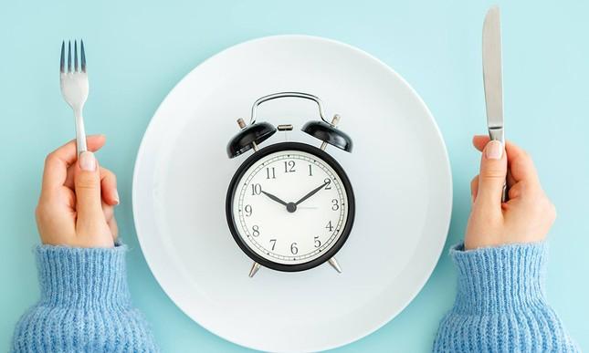 """""""Nhịn ăn theo giờ"""" (Intermittent Fasting) - ngôi sao hi vọng mới cho vòng eo """"bánh mì""""? ảnh 3"""