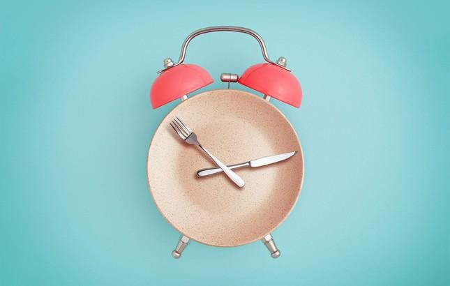 """""""Nhịn ăn theo giờ"""" (Intermittent Fasting) - ngôi sao hi vọng mới cho vòng eo """"bánh mì""""? ảnh 1"""