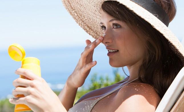 Để tránh nguy cơ ung thư da, đừng bao giờ quên bôi kem chống nắng ở những khu vực này ảnh 1