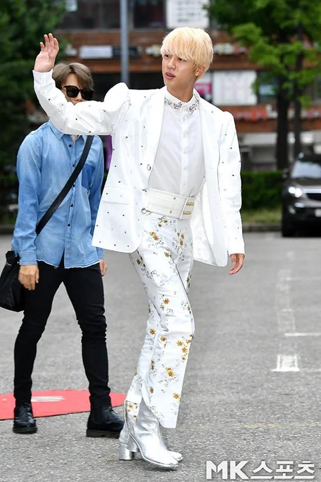 """Ngoài BTS ra, chắc không ai dám mặc những trang phục """"kì dị"""" này đâu nhỉ! ảnh 2"""