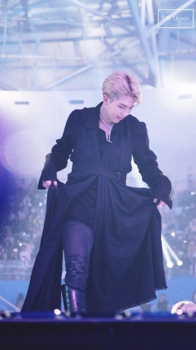 """Ngoài BTS ra, chắc không ai dám mặc những trang phục """"kì dị"""" này đâu nhỉ! ảnh 8"""