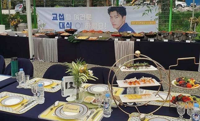 Fan nhà Hyun Bin chơi lớn, mở hẳn đại tiệc sang chảnh chiêu đãi đoàn làm phim ảnh 2