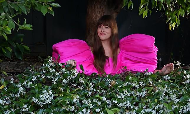 """Diễn viên """"50 Sắc Thái"""" Dakota Johnson ngọt ngào như một đoá hoa trong trang phục Công Trí ảnh 1"""