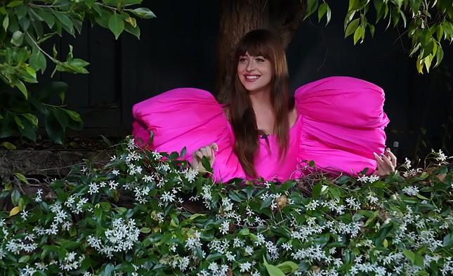 """Diễn viên """"50 Sắc Thái"""" Dakota Johnson ngọt ngào như một đoá hoa trong trang phục Công Trí ảnh 2"""