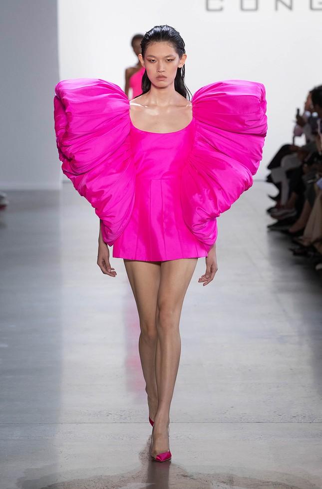 """Diễn viên """"50 Sắc Thái"""" Dakota Johnson ngọt ngào như một đoá hoa trong trang phục Công Trí ảnh 3"""