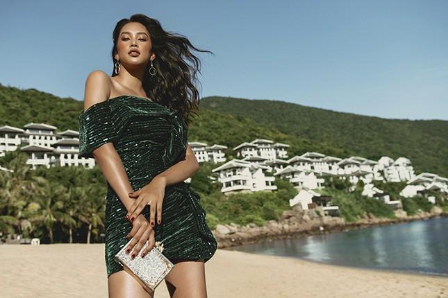 Ngắm Hoa hậu Tiểu Vy đẹp xuất thần trong bộ sưu tập mới của NTK Lê Thanh Hòa ảnh 1
